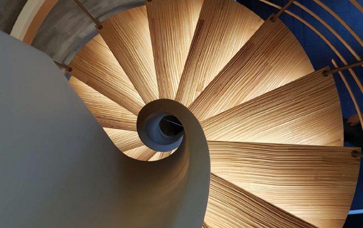 Escalier courbe Senzu avec des LED sous les marches - HURPEAU MOUSIST