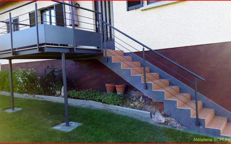 Terrasse sur pilotis avec un escalier en tapis de pierre - Terrasse sur pilotis avec gardes corps vitrage blanc - MÉTALLERIE SCHUHPAINT